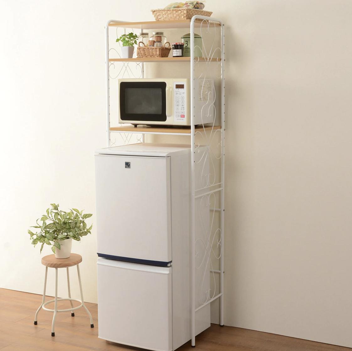 アンティークな雰囲気のおしゃれな冷蔵庫ラック